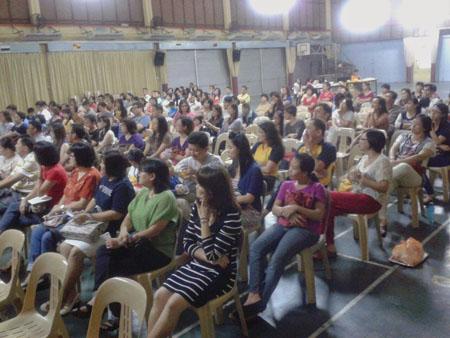 两百多位老师和家长出席黄志雄老师在昔加末昔华华小的讲座。