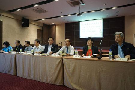 右起:财政谢立意、副主席李瑞云、蔡明永、主席王超群、副主席黄绍轩、尤亚玖、邓景文,吉北教师会主席林月莲