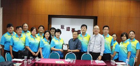 古晋省巴达旺县华小学术工委会主席马连镁校长(左五)赠送纪念品予教总秘书长陈清顺校长(右七)。