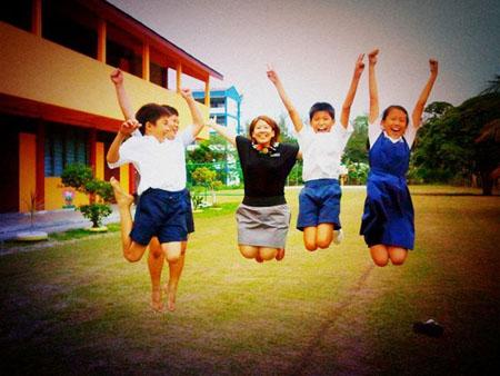 孩子们,让我们一起为人生欢呼跳跃,享受生命中的每一刻!