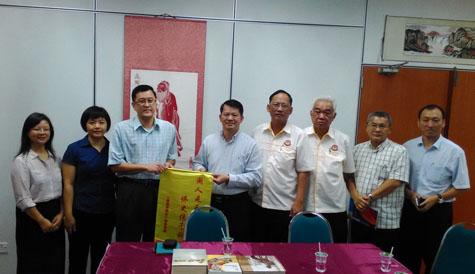 福建社会科学院副院长李鸿阶(右五)赠送纪念品给教总执行秘书长叶翰杰(左三)。