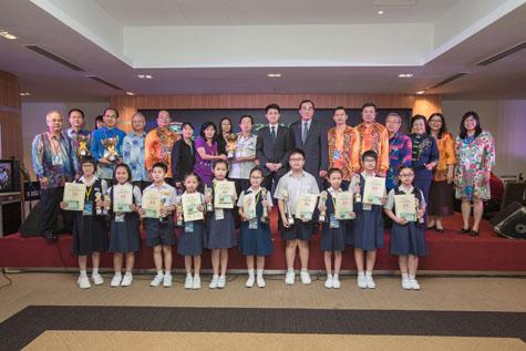 第31届全国华小华语演讲比赛得奖者与颁奖嘉宾合影。