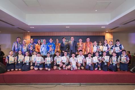 第31届全国华小华语笔试比赛得奖者与颁奖嘉宾合影。