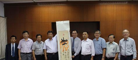 济宁市海外交流协副会长郑向宇(左四)赠送字画予教总主席王超群(右五)