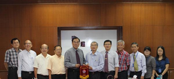 关丹中华中学署理董事长黄道坚(右六)赠送纪念品给教总主席王超群(左五)