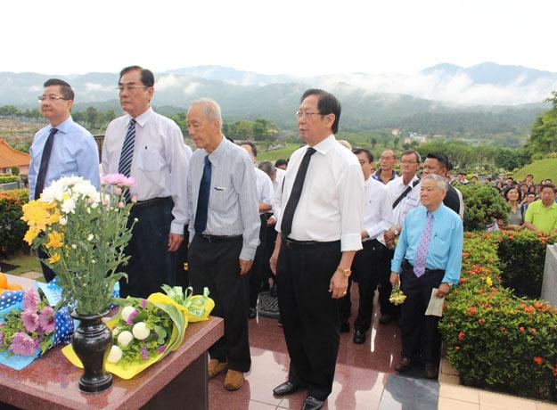 左起:丹斯里拿督邝汉光、王超群、沈墨义和拿督刘利民代表献花