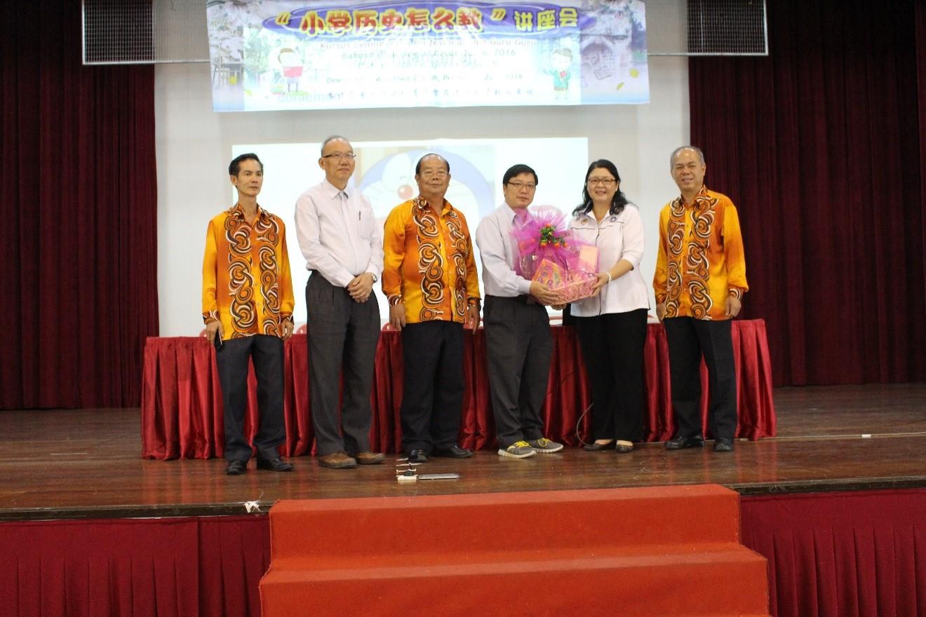 吴俐桦督学(右二)赠送纪念品给安焕然博士(右三)。左起:陈桂鸿、李金桦、蔡明永。右一为胡福强。