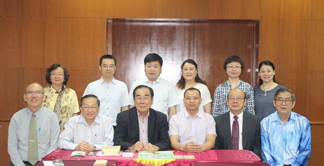 前排左起:李金桦校长、陈清顺校长、王超群主席、刘卫华副处长、吴清良校长及李毅强校长