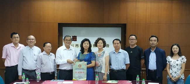 副主席李毅强(左四)代表教总赠送纪念品予宁夏回族自治区银川市侨联主席李艳丽(左五)。